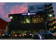 RockBodeは、中古車や新車の販売、車検や修理、損害保険等を取り扱う、「カーディーラー」です。
