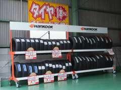タイヤコーナー設置!各種メーカーお待ちの間にスピード交換致します。そのほか、バッテリーや電球まで常備しております。