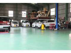 ◆九州陸運局認証工場完備◆リフト2基、車検用テスター・タイヤチェンジャー・ホイルバランサー・故障診断機などで整備します!!