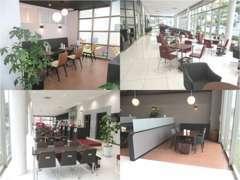 大きなガラスに囲まれた明るい空間です。半個室の商談スペースやカフェのような席もございます。