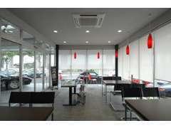 お客様が快適にお過ごし頂ける事を考え生まれた商談スペースです。明るく、開放的な空間になっております。