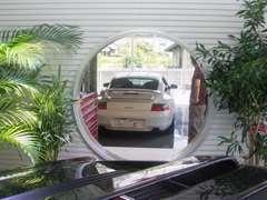 屋内展示スペースに設置した丸窓からお客様の愛車やエンジンのメンテナンス作業風景を身近でご覧頂けます。