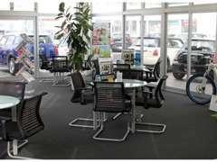 ガラス張りの商談スペースでは、外の広い展示場を見渡しながらゆっくり車両をご検討頂けます。