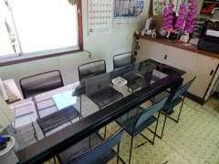 ガラス張りのテーブルで落ち着いた雰囲気の中、商談する事ができます♪注文販売も可能です!!