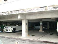 こちらは当店の店舗の下になります。お客様の大切なお車を、屋根付きの場所で、保管させていただきます。もちろん作業もできます