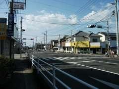 【当店の行き方1諫早方面】かとりストアーさんを過ぎて信号機が原口町交差点になります。原口町交差点を左折したら直ぐあります