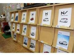 店内には新車のパンフレットもございます。新車のご相談もお受けできますので、お気軽にご相談ください。