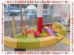 ゆったりお話が出来るように商談テーブルも用意しております。