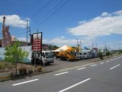 大分県 国道10号線沿いに当店はあります。敷地も500坪と広く多数の展示車両をお客様がごゆっくりと見れるスペースをご提供。