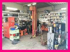 整備をする工場です!長年にわたり整備を行ってきたため、色々な整備に対応できる工具が揃っております!