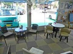 カフェのような室内空間でゆったりとお待ちしていただけます。カフェラテなどのドリンクも準備しております、是非いらして下さい