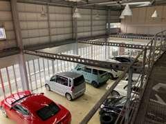 大型リフト完備!フルサイズカーでも楽に整備できます!手前の車はエンジンOH中!キャリアのあるスタッフがしっかりフォロー!!