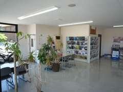 観葉植物に囲まれた明るい商談ルームで、お客様をお迎えします!
