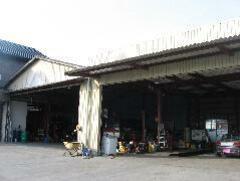 大型車も整備可能な広い整備工場を完備しております。