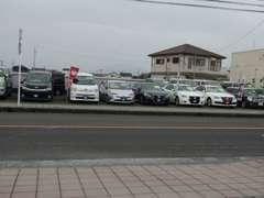 霧島市隼人町見次交差点近くにございます。az隼人店さんより車で10分。格安中古車をお探しの方は一度当店のお車をご覧下さい。