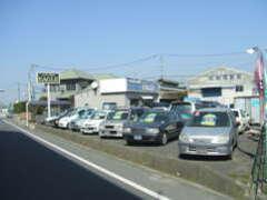 高速道路の高架下の道路からは、こんな感じで店舗が見えます(^^)