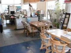 【快適な店内環境】店内は日当たり良好で、ご家族連れの方も安心して商談いただけます。