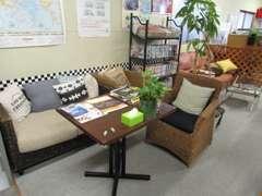 事務所は出来るだけくつろぎやすい環境を心掛けています。ちょっとしたメンテナンスの際はテレビや雑誌を見てお待ち下さい。
