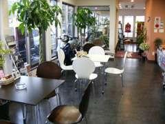 ゆったり、おくつろぎ頂けますよう、海岸のカフェテラスをイメージした店内でコーヒー等をご賞味ください。結構評判いいですよ。