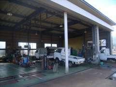 自社認証工場完備です!車検・整備も承ります。またオイル交換・タイヤ交換・バッテリー交換などの日々のメンテナンスもお任せ★