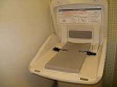 ママも助かる★オムツ替えベット★を女性トイレに完備しています