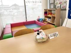 キッズコーナー近くにお子様連れお客様優先席がございます。
