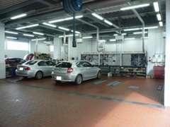 隣接したサービス工場にて、100項目の納車前点検や車検・点検・一般整備を行います