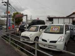 格安車をズラリッと展示しております。国道沿いから見えない奥にも、約10台展示しています。