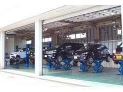 大型整備工場!リフト7基完備!自社入庫後点検、整備を行い、店頭販売致します。九州運輸局指定民間車検工場。