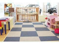 お子さまの安全を考えショールーム中央に配置されたキッズコーナー。ご家族連れでも安心してご来店下さい!
