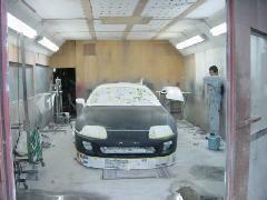 塗装ブースです。スープラを全塗装中!!熟練のスタッフがいい仕事しますよ!!