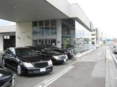 大型展示場に常時100台の保有台数を誇ります。高品質車を幅広く品揃えてます。