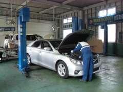 整備工場完備☆当社スタッフはISO9001に基づく品質管理を軸に日々お客様のお車を丁寧にメンテナンスさせて頂いております。