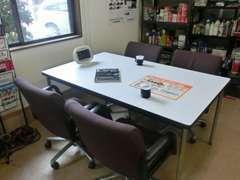 こちらの商談スペースで、コーヒーを飲みながらご希望のお車について、ゆっくりお話しましょう!