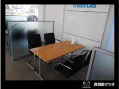 商談テーブルは、プライバシーガラスで仕切られた安心設計。