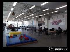 開放的なショールーム。新車の展示など、飽きさせない空間に。