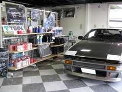 店内にはアクレスポーツブレーキパッドや各種オイル、またシリコンホースやキャップ、アールズ製品なども在庫しています!