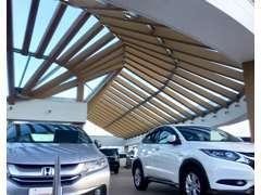 屋根つき展示場なので、雨天時や降灰時にも安心♪ごゆっくり、お気に入りのお車をご覧いただけます。