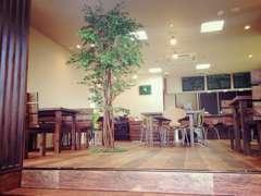 店内改装!カフェができました。「車が気になる方」も「カフェでリラックスした方」もみんなが笑顔になれる空間を作りました。