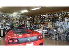 各パーツメーカーのエアロ・ホイル・小物パーツ類・車高調等々の展示・販売も行っています。