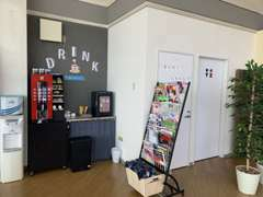 無料ドリンク、ソファーや雑誌などお客様がくつろげるスペースもご用意しております♪