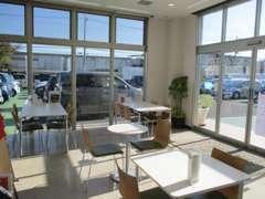 全面ガラス張りの店内は明るくアットホームな雰囲気♪感染症予防対策もしっかり取り組んでおります。
