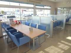 明るく居心地の良い店内♪テーブルは現在、ソーシャルディスタンスを保ったレイアウトへと変更をさせて頂いております。