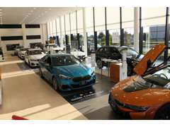 広々としたショールームでお待ちの時間は最新のお車を体感してください。