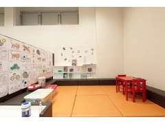 お子さまの力作の塗り絵も展示されるキッズコーナー。楽しい時間を過ごせます