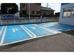 幅が広く停めやすいお客様駐車場です。右側にPHV用の充電施設完備!