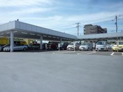 お気軽にご来店くださいませ♪屋根付きの展示場だから雨の日も安心してご覧いただけます。千葉県のトヨタの中古車なら弊社へ!
