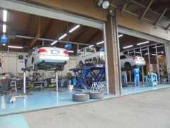 指定整備工場も併設しておりますので、メンテナンスやアフターサービスもバッチリ。お車の事なら何でもお任せください