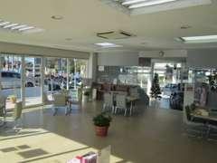 《 商談コーナー 》スペースは広く隣のテーブルも距離があります
