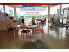 店内はアットホームを感じさせる雰囲気になっており、フリードリンク、雑誌等もご用意しております。